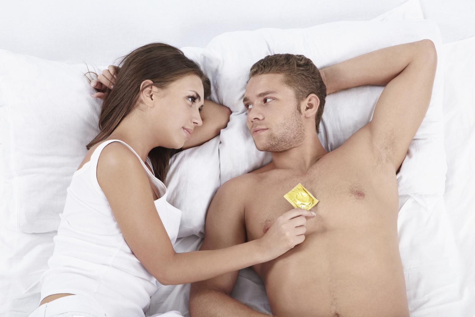 Muškarci su s atraktivnom ženom spremniji ući u odnos bez kondoma.