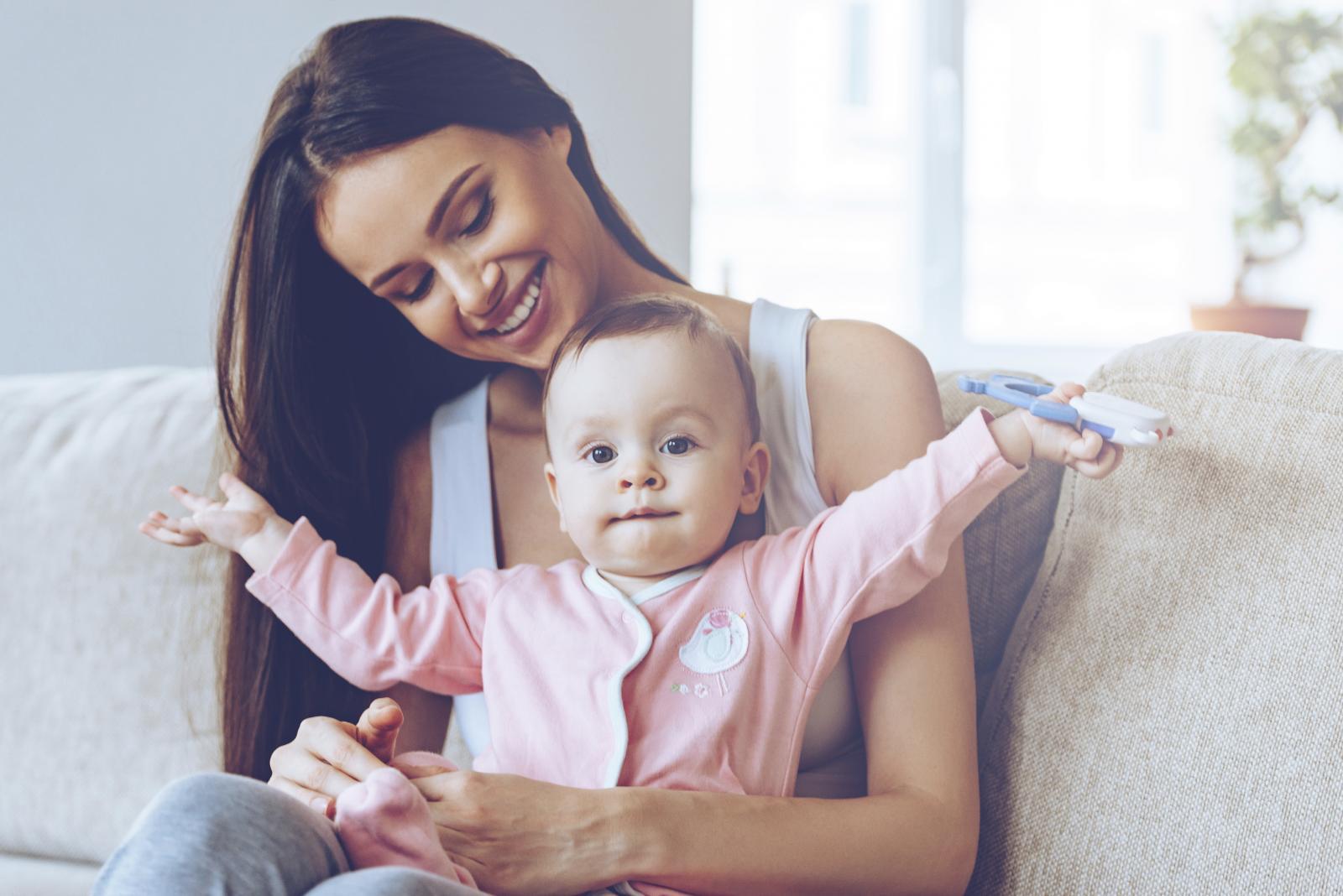 Oko godinu dana treba da se kosa oporavi od porođaja i utjecaja hormona. No, i ranije joj možete pomoći vratiti bujnost.
