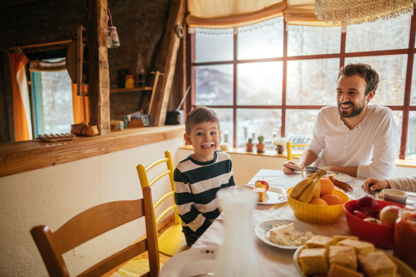 Vitamin D i kalcij su potrebni za normalan rast i razvoj kostiju kod djece.