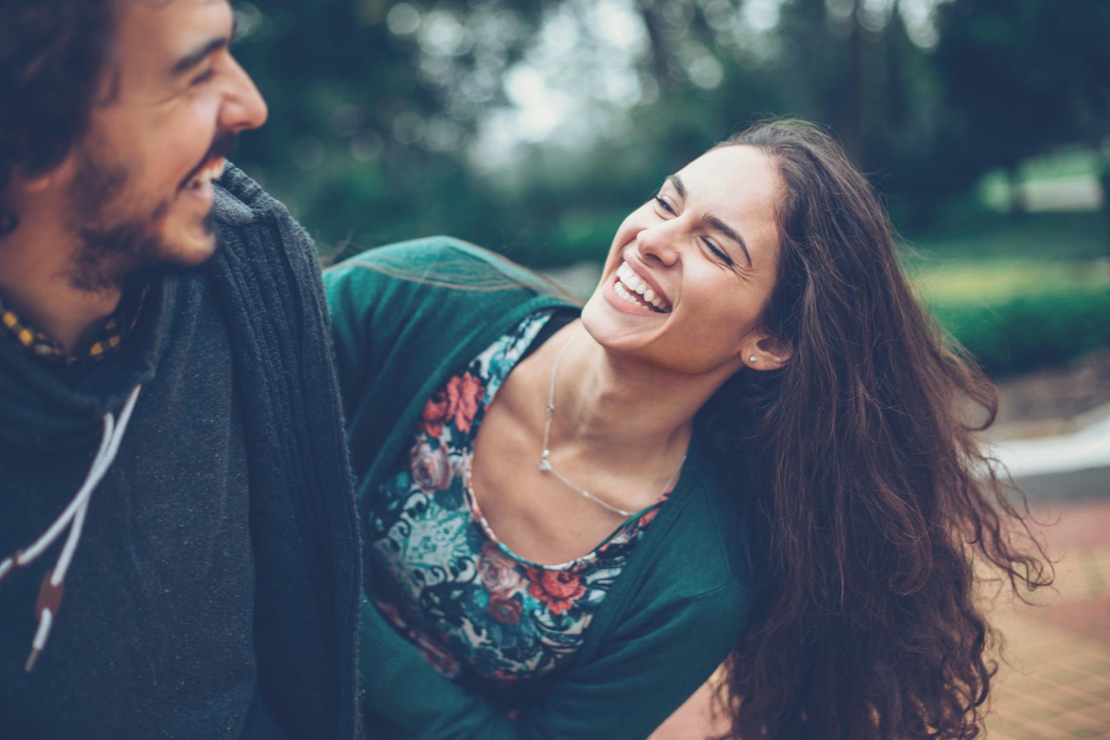Žene prirodno lakše nego muškarci izražavaju emocije jer su emotivno poput vatre, a seksualno poput vode. Kod muškaraca je suprotno.