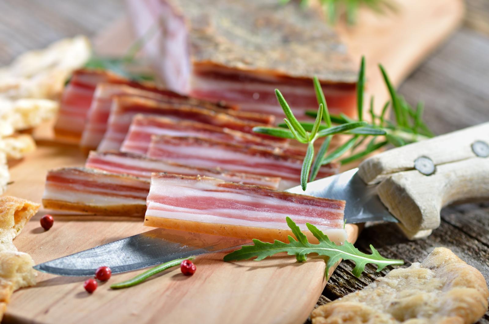 Koliko god je voljeli, sa slaninom treba biti i oprezan. Naime, poznato je da sadrži znatnu količinu zasićenih masti što nije dobro za srce i krvne žile, a ni nitrati te previše natrija nisu nešto što naš organizam treba.
