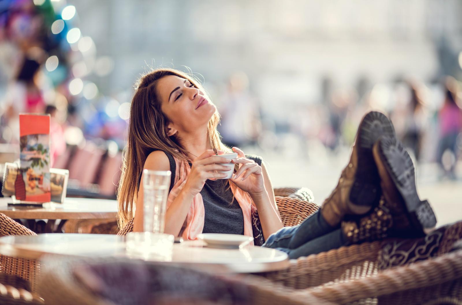 Zasjela sam u kafić (i to na mjesto koje mi se dopalo, a ne na mjesto uz koje stanu i kolica), naručila kavu s mlijekom, vodu i današnje novine i pomislila kako je život lijep.
