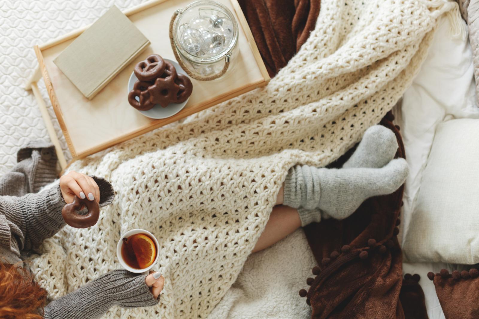 Pijte tople čajeve za znojenje (po 1 žličicu cvijeta lipe, bazge i kamilice).