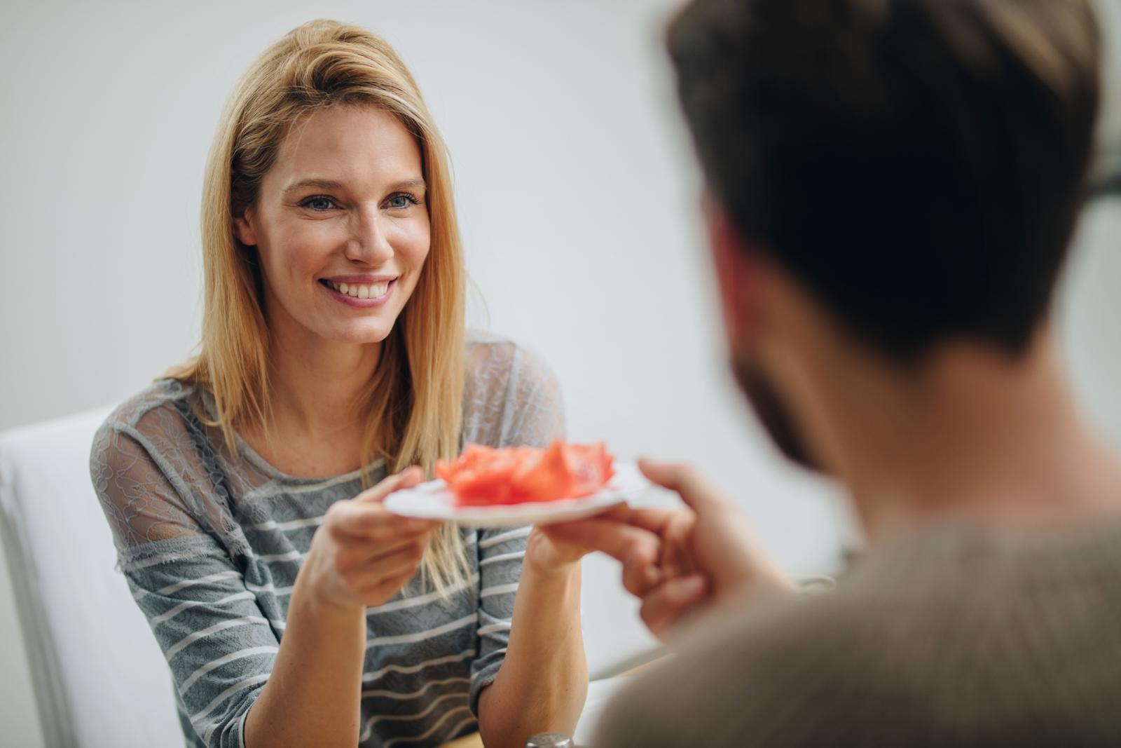 Prehrana bogata rajčicama i voćem donosi niz zdravstvenih koristi, od smanjenja rizika za rak kože do jačanja imunološkog sustava.