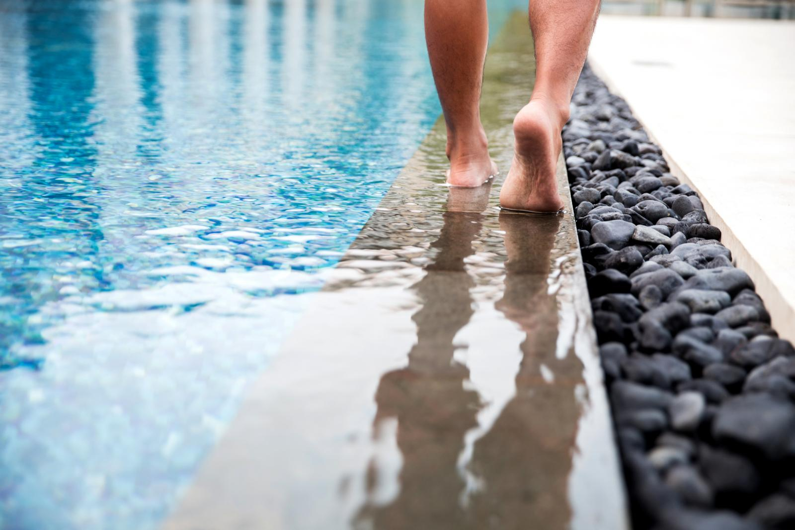 Možda vam to baš i nije običaj, ali na bazenima ne biste trebali hodati bosi.