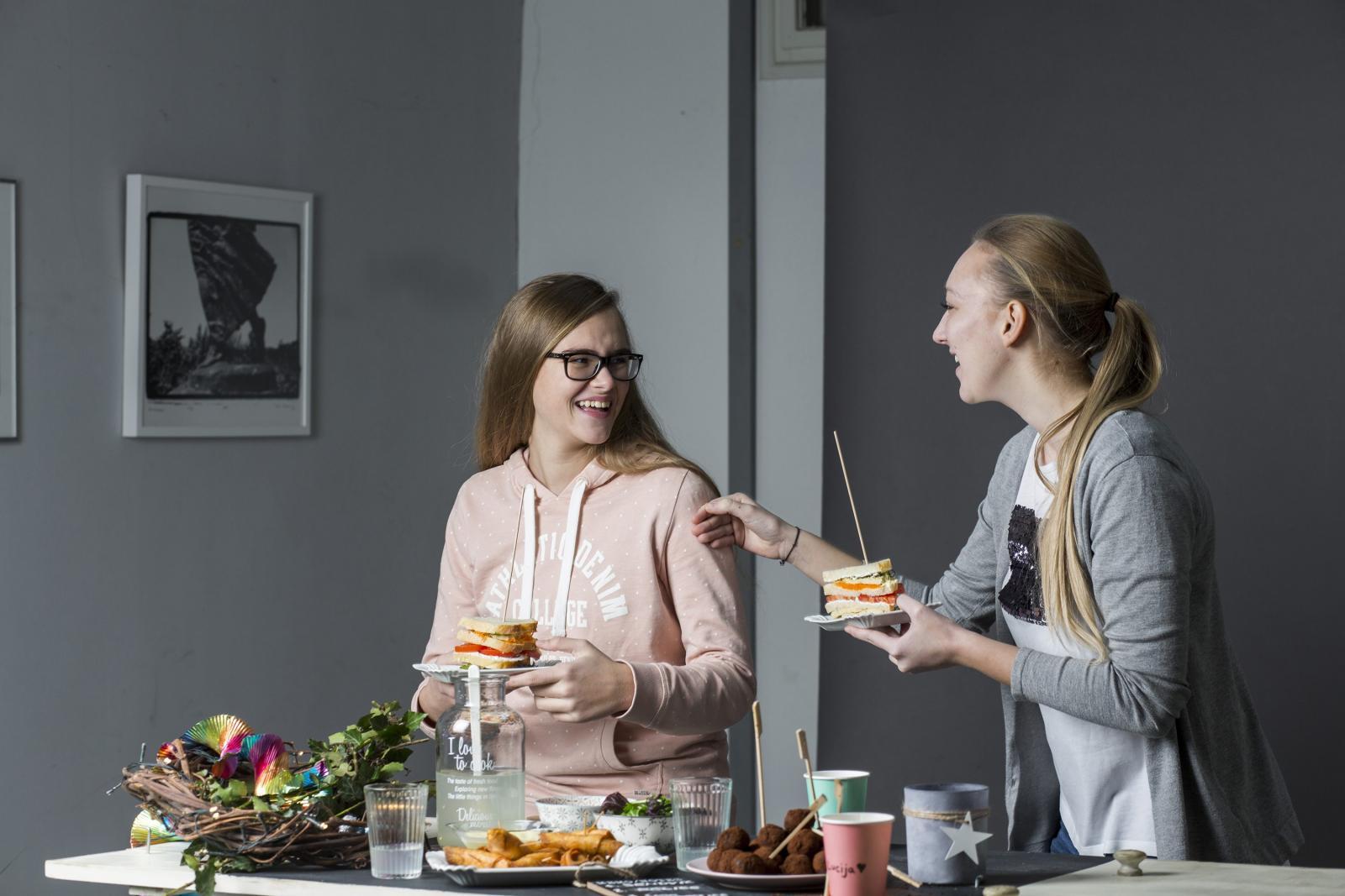 Lucija (desno na slici) osim jaja ne smije jesti ni orašaste plodove, što joj teško pada jer voli kolače, osobito orehnjaču i slične, a Lucija (lijevo) rado bi alergiju na jaja zamijenila alergijom na kivi.