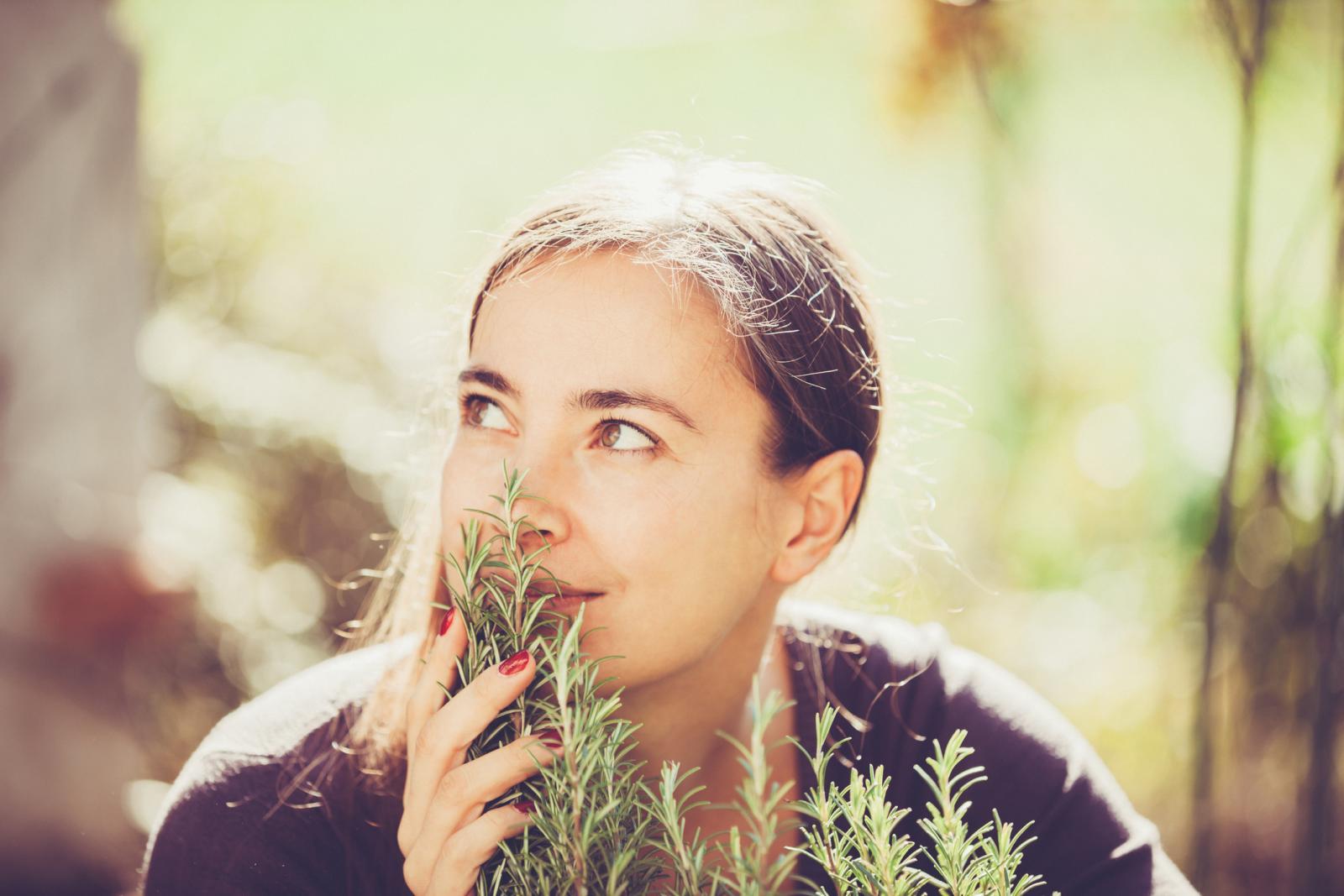 Ružmarin ublažava probavne teškoće, smiruje depresiju, glavobolju, potiče cirkulaciju krvi i menstruaciju, potiče rad žuči.