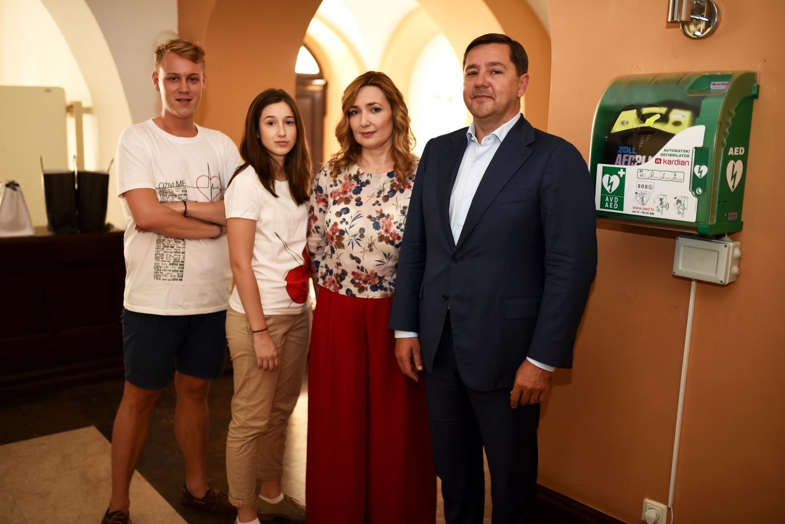Studenti udruge Stepp, dr. med. Ivana Portolan Pajić i dr. sc. Andrija Mikulić istaknuli su kako je važno da ljudi znaju gdje se defibrilator nalazi i kako ga koristiti.