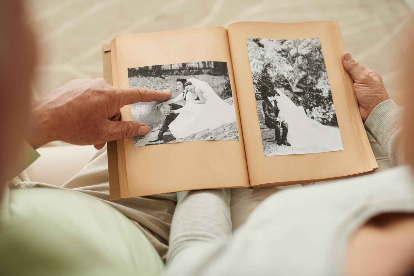 Preporučuje se u sklopu aktivnosti pokazivati obiteljske slike iz prošlosti kako bi se vidjelo koga će prepoznati.