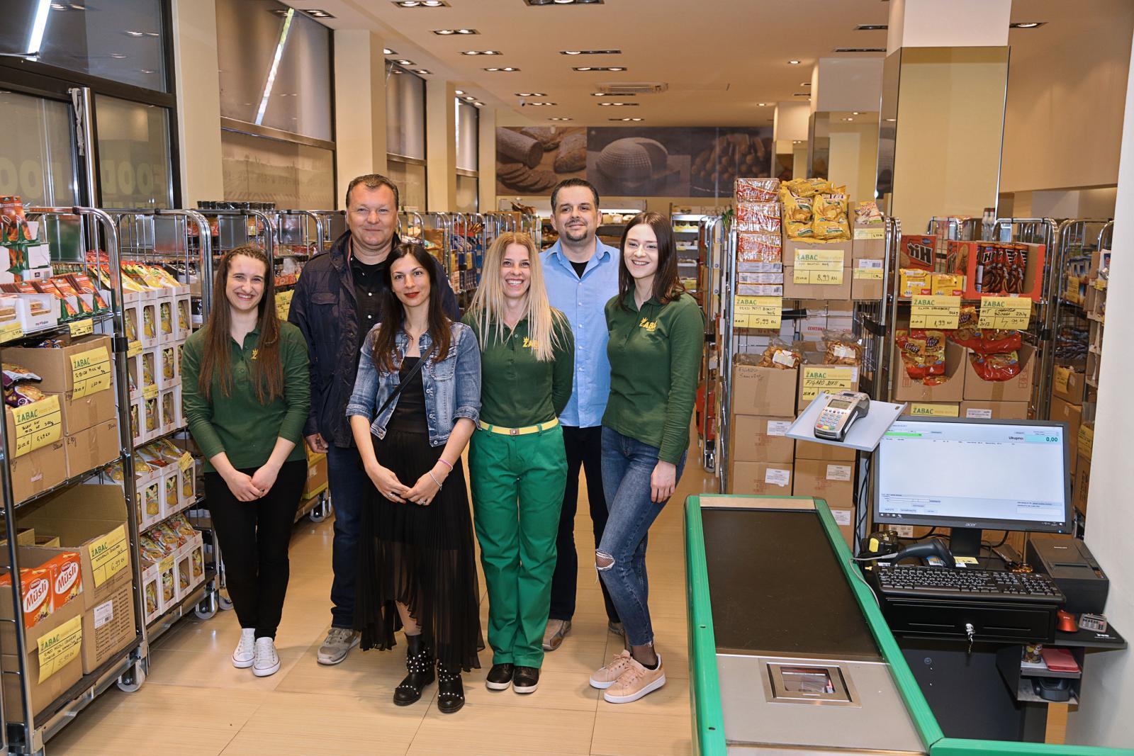 Osim što nude jeftinije proizvode pa uveseljavaju kupce, u Žabcu je do danas posao pronašlo 10 ljudi, a to veseli i zaposlenike.
