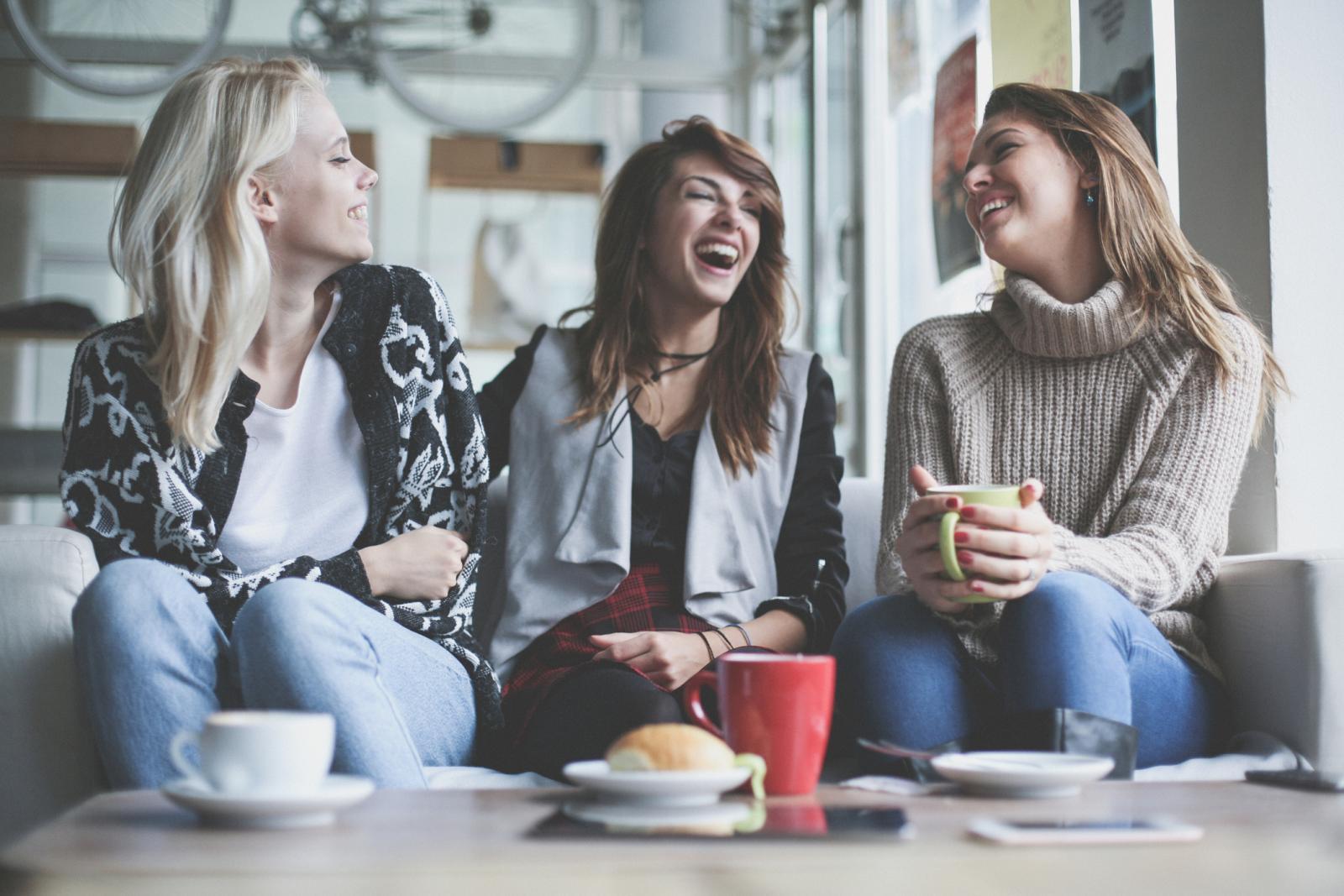Ako cijeli dan provodite na poslu sjedeći, tada to barem nemojte toliko često raditi u slobodno vrijeme. Družiti se s prijateljima možete i na aktivnije načine od ispijanja kavice...