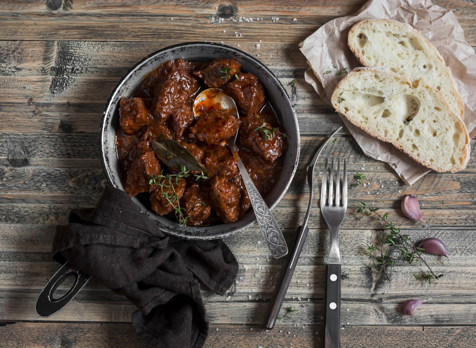 Suh ili svjež, list lovora odlično ide uz kuhana jela od mesa, pogotovo divljači.