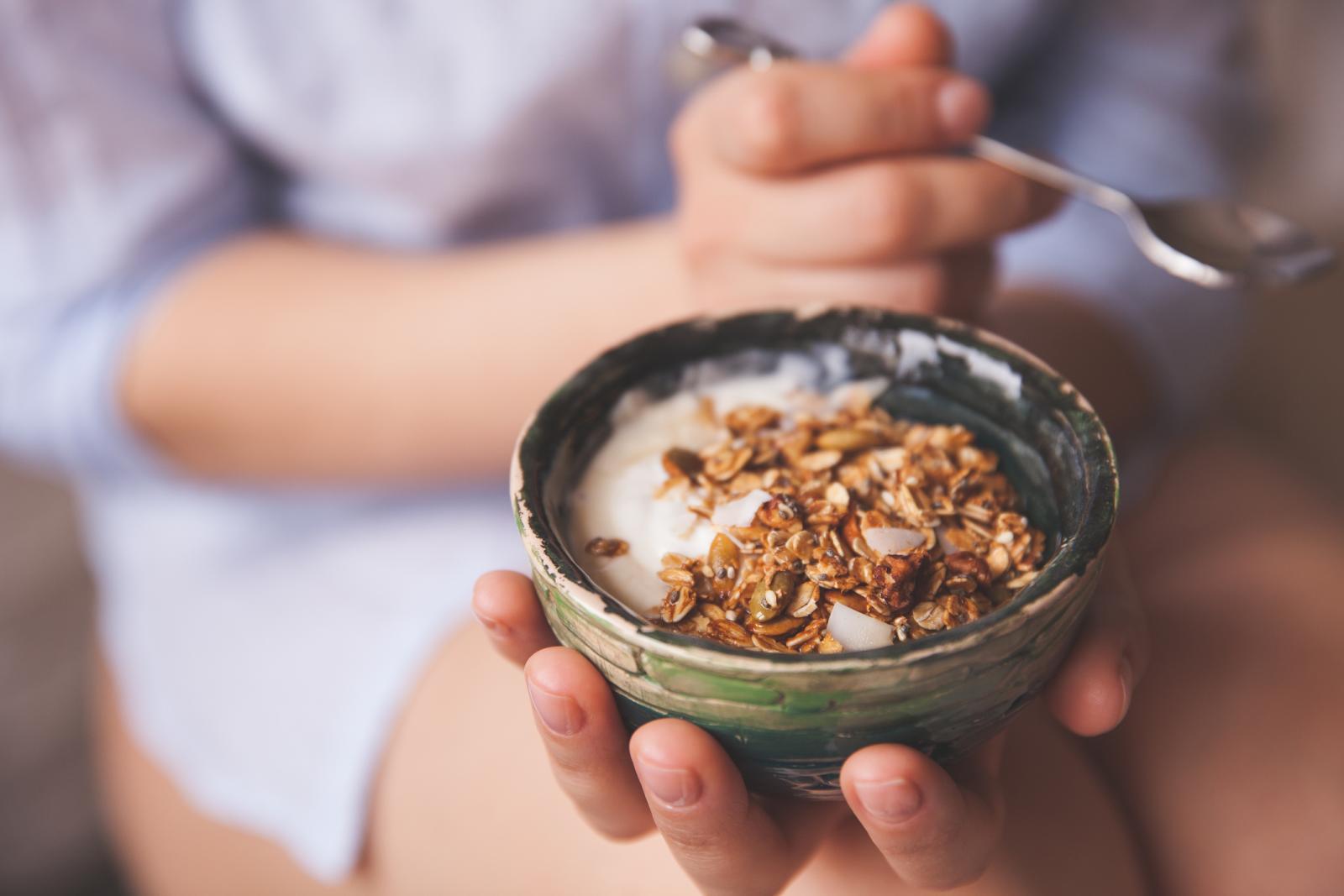 Nema potrebe da kupujete gotovi voćni jogurt ili onaj s orašastim voćem i žitaricama, kad ga možete napraviti sami.