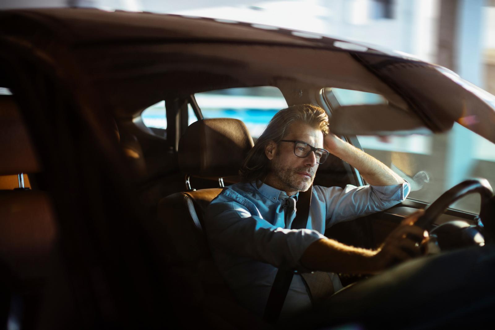 Radi više od 10 sati dnevno, vozi se doma u tišini, pogled mu je prazan... Mnogi muškarci će se prepoznati u ovoj situaciji.