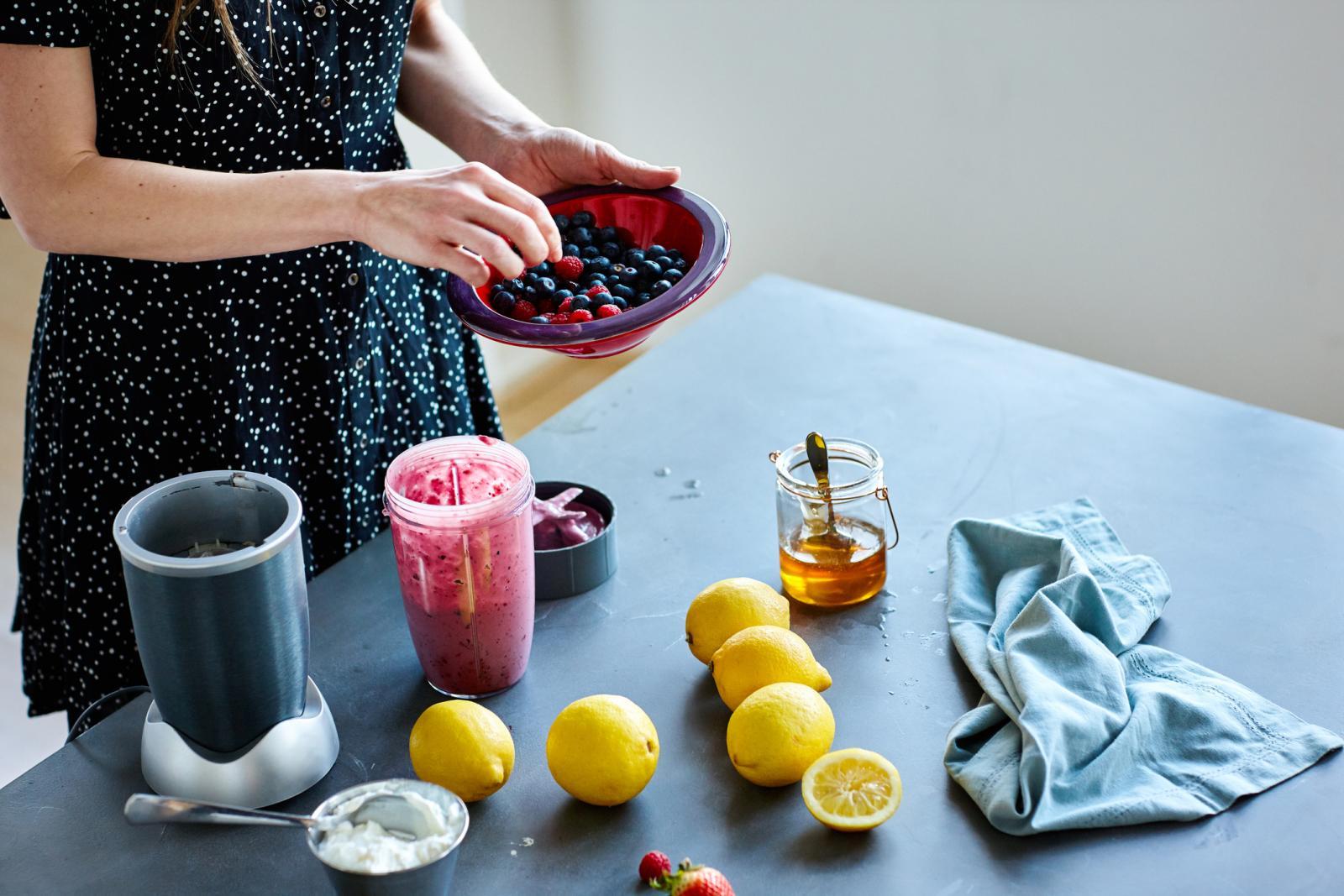 Želite li ga i popiti, smoothieju za suhu i osjetljivu kožu dodajte bobičasto voće po izboru.