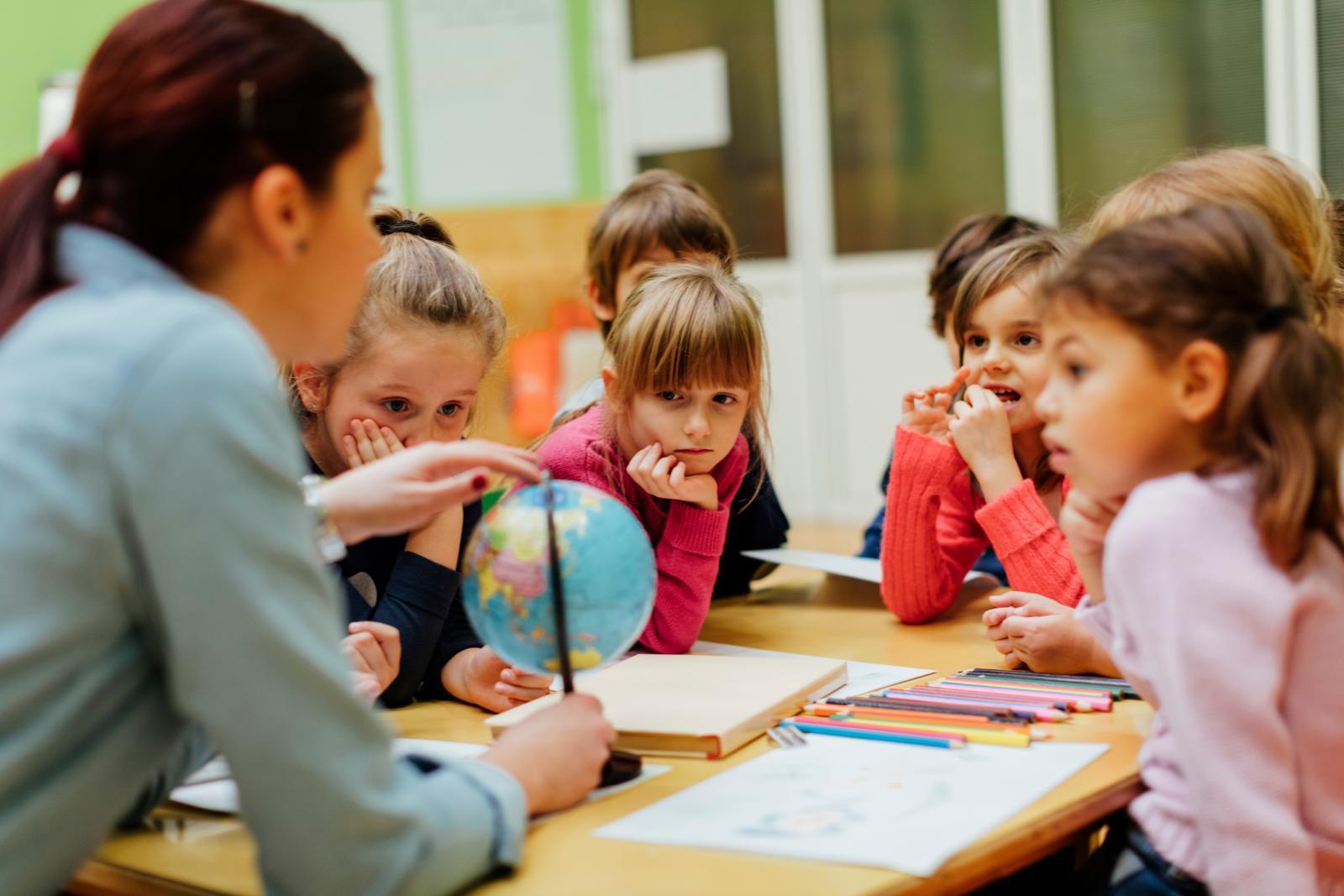 Jedan od prvih zadataka roditelja oboljelog djeteta je razgovor s nastavnicima u školi ili odgajateljima u vrtiću.
