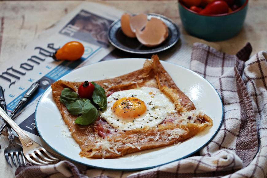Jedan od najpoznatijih tradicionalnih slanih nadjeva sadrži sir ementaler, kuhanu šunku i jaje na oko.