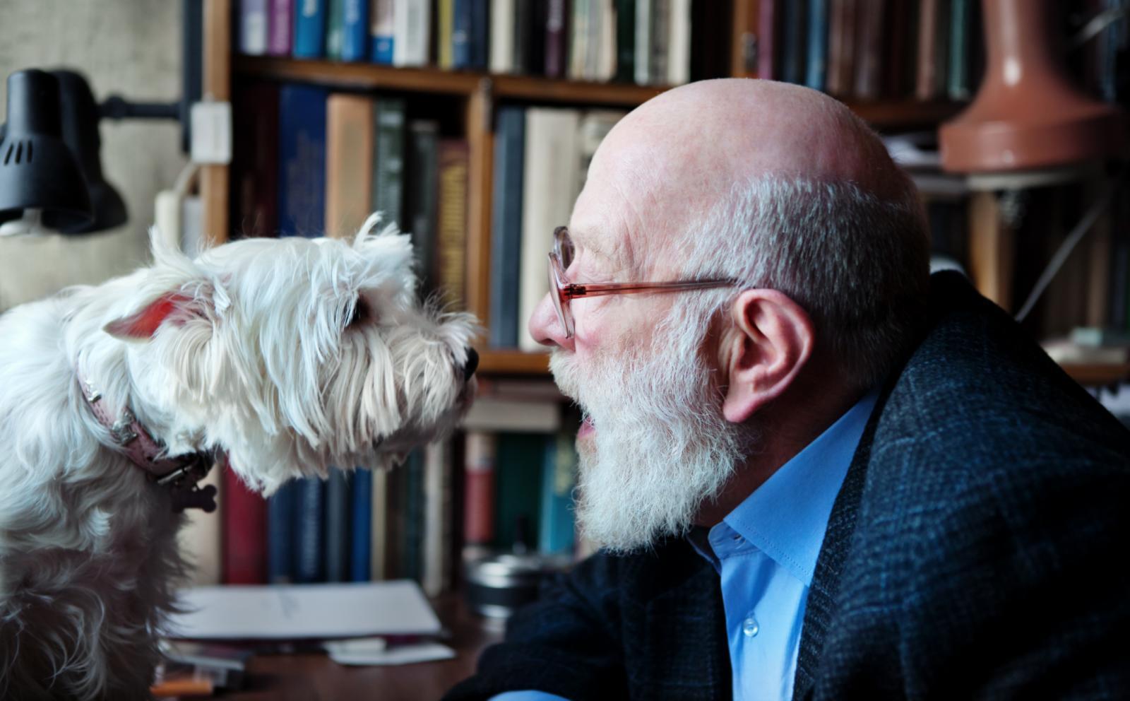 Osim poticanja fizičke aktivnosti starijih osoba, psi im skraćuju trenutke usamljenosti.