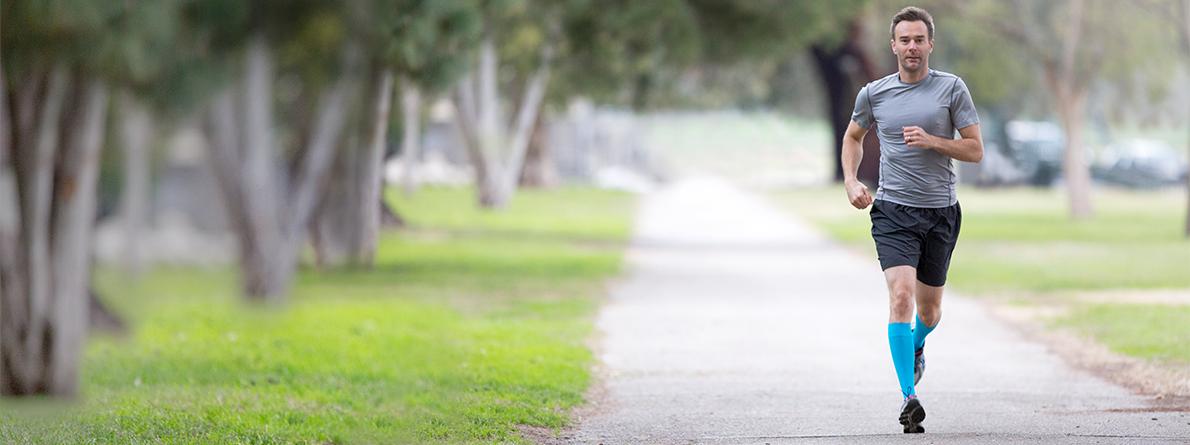 Kompresivna čarapa Performance prianja uz noge, podržava vene i mišiće tijekom i nakon trčanja.