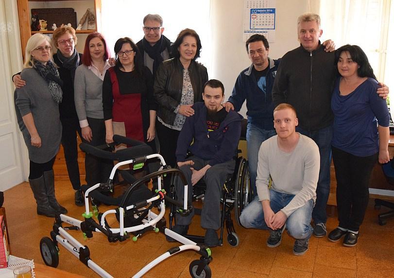 Cijela zajednica uključila se u humanitarnu akciju kojom je Leo lani dobio specijalnu hodalicu. No, da bi prohodao, treba mu posebna rehabilitacija.