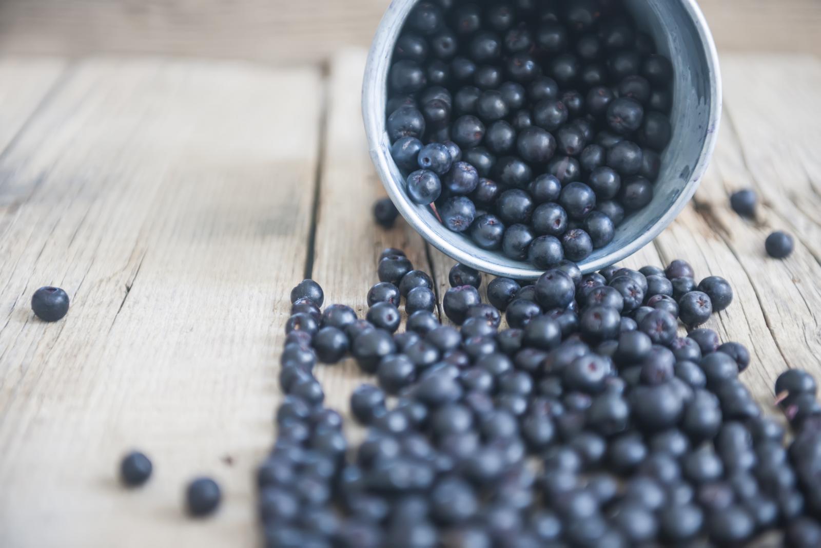 Laksativnog je djelovanja pa konzumiranje suhe aronije pomaže redovitoj stolici i detoksikaciji organizma.