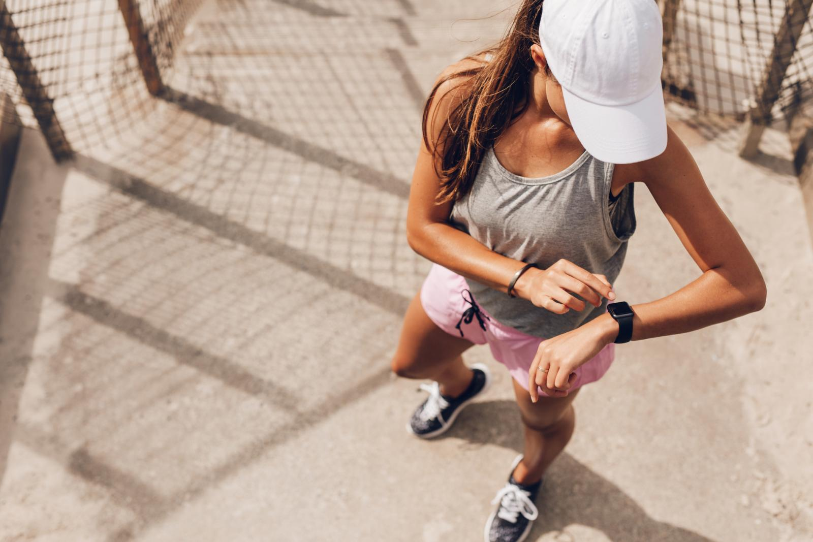 Uz reket i lopticu sve što treba su obične dvoranske tenisice, udobna sportska odjeća: majica, šorc i solidna količina dobre volje.