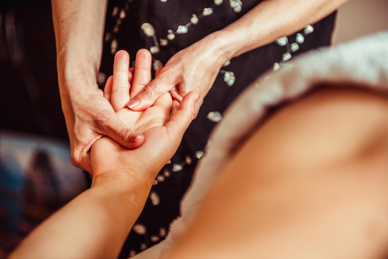 Reumatoidni artritis češći je kod žena nego kod muškaraca, a najčešće se razvija u dobi od 30 do 60 godina.