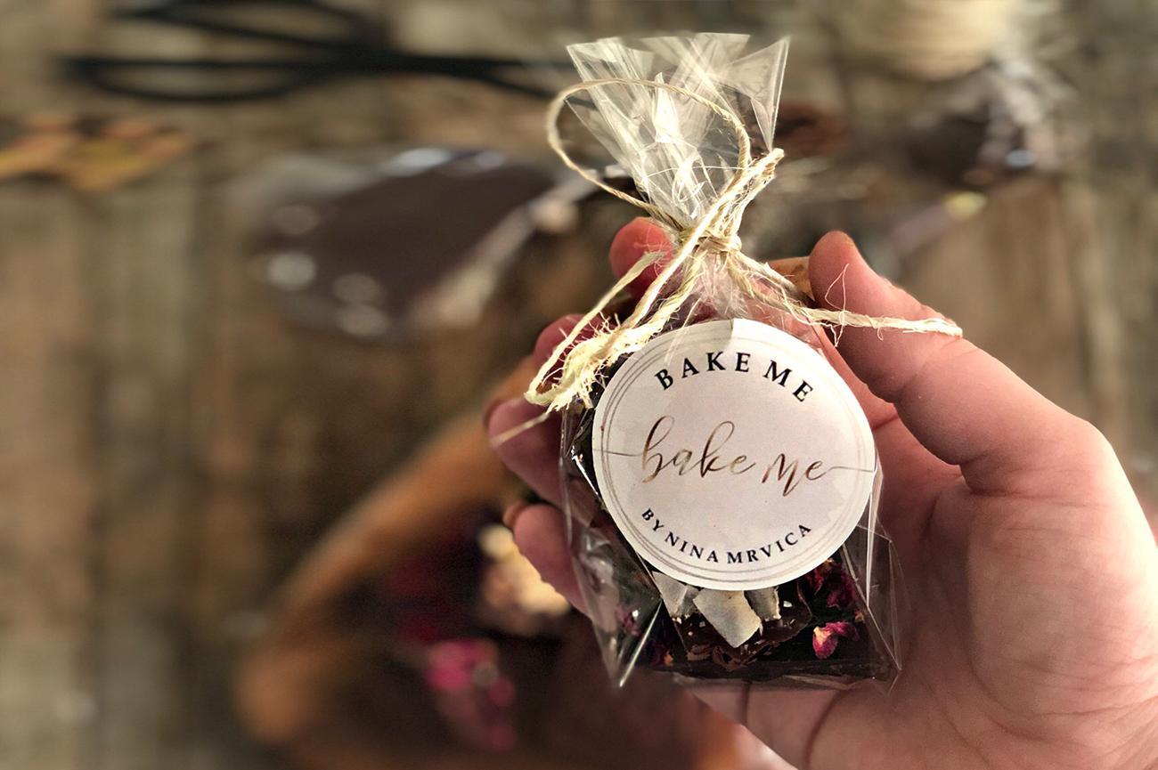 Osim što će divno izgledati na vašem blagdanskom stolu, ovakvu, čokoladu koju ste sami napravili, možete lijepo upakirati i darovati dragim ljudima kao poklon.