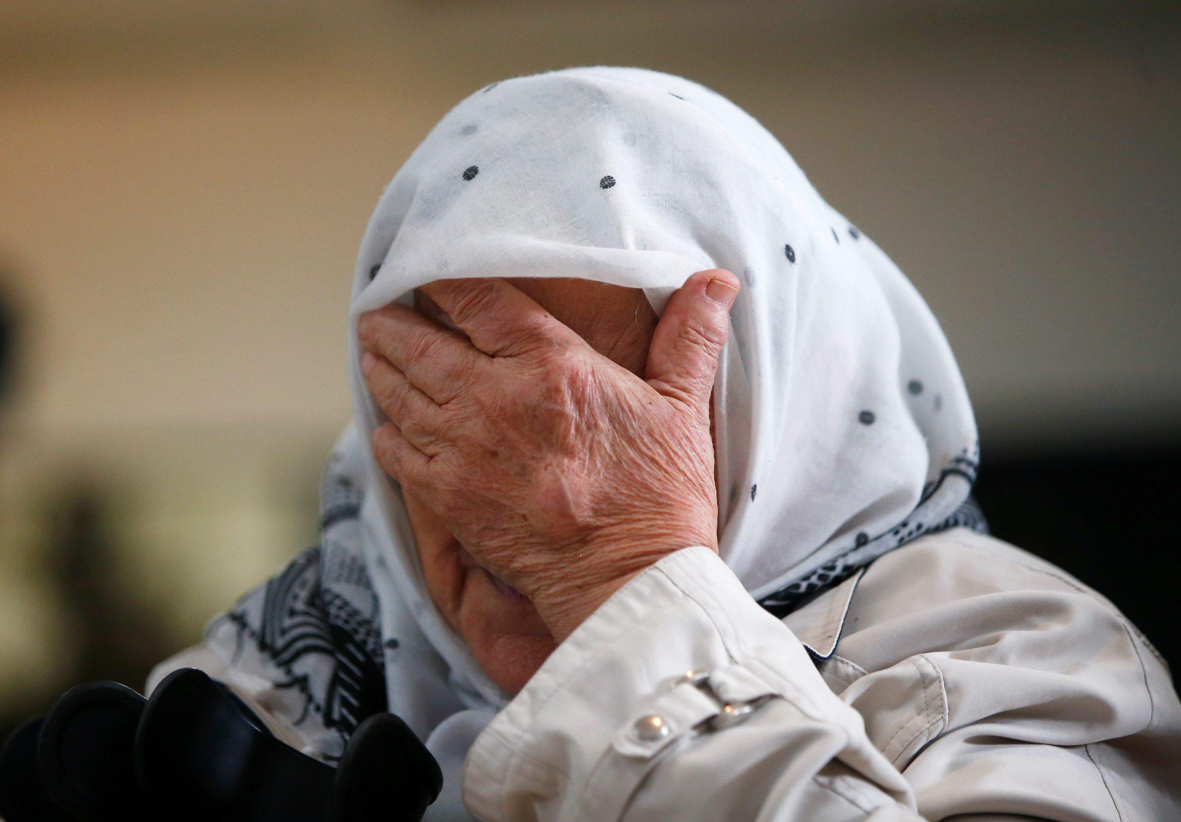 Reakcija žene nakon presude Karadžiću u memorijalnom centru Potičari