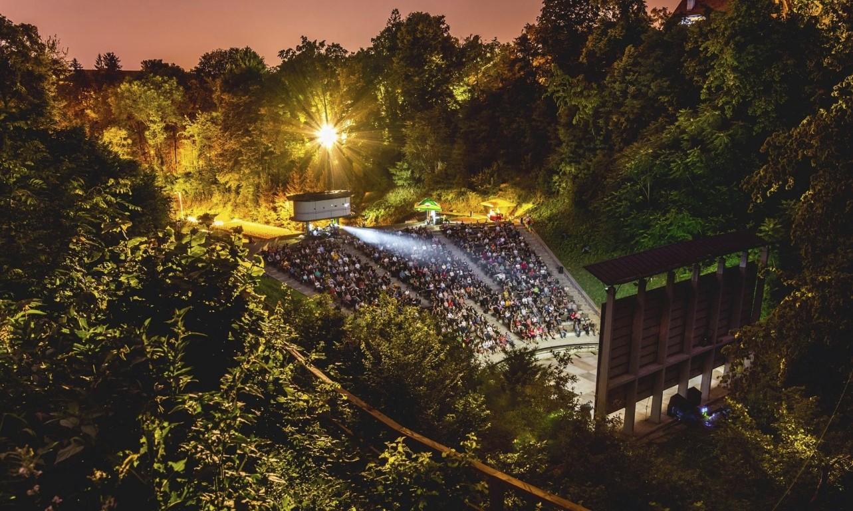 Uoči i nakon projekcija na Ljetnoj pozornici Tuškanac sve do rujna posjetitelji će moći potražiti osvježenje u Dogs & Movies Caffeu.