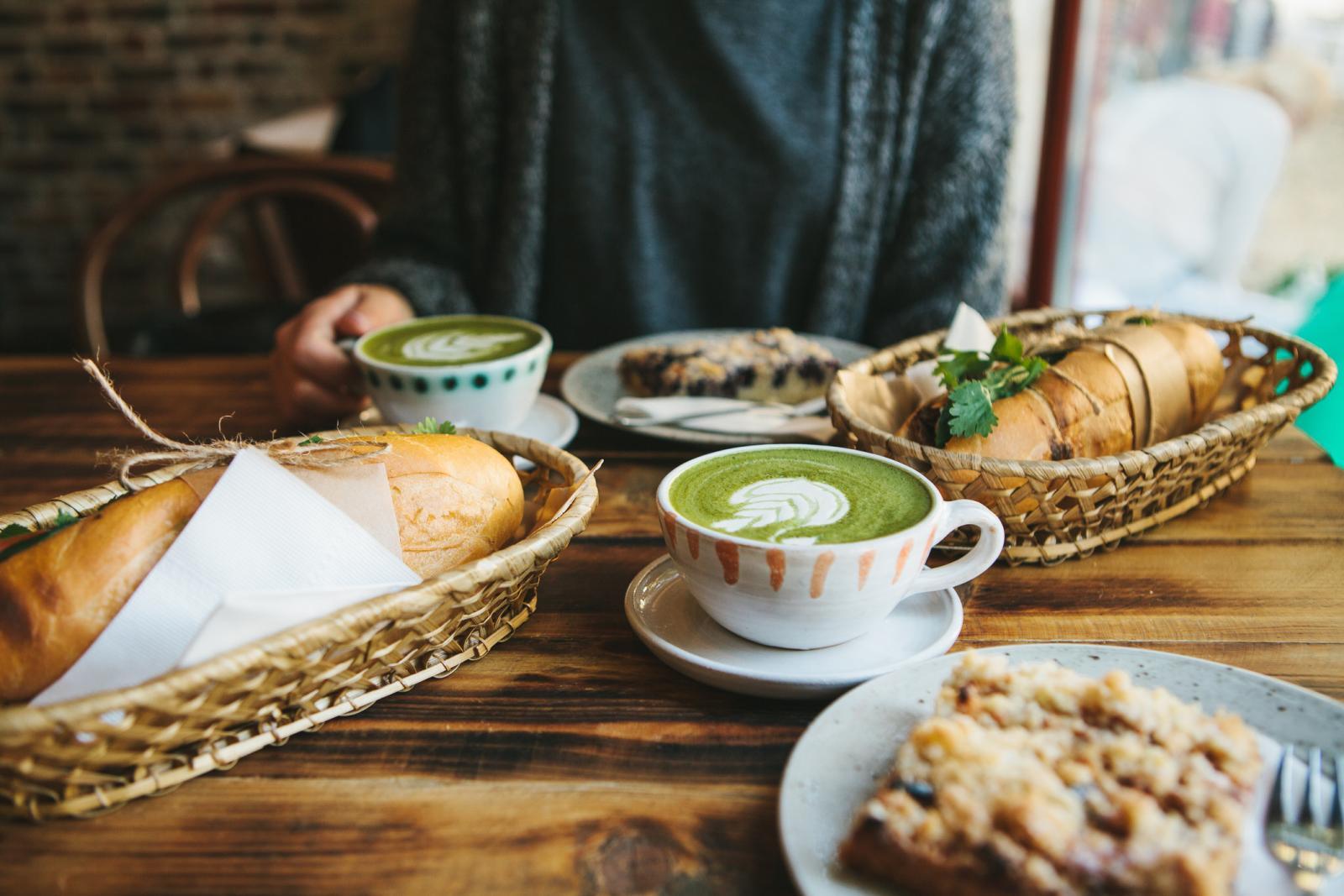 Matcha sadrži kofein, a budući da je čaj napravljen tako da se cijeli listovi melju u fini prah, količina kofeina je veća nego ako pijete uobičajeni zeleni čaj.
