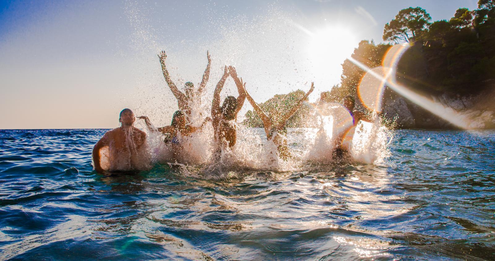 Plivanje, skakanje, loptanje u plićaku... U moru bismo mogli biti satima. Ali nakon kupanja mnogima se dogodi da voda ostane u uhu, zbog čega slabi sluh i povećava se rizik od infekcije.