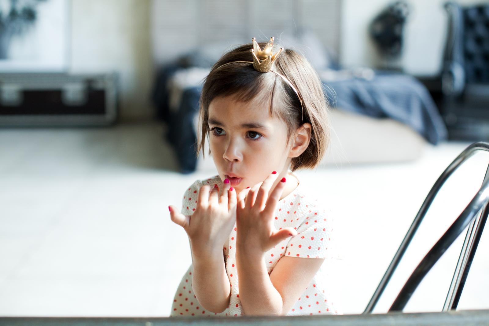 Ne možemo baš za sve kriviti djecu, pogotovo ne kad su mrlje od laka za nokte u pitanju. Priznat ćete, svima nam se dogodilo da se bočica barem prevrnula, ako ne i prosula, zar ne!?