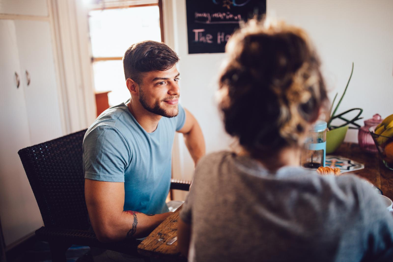 Muškarci više nego žene kontroliraju svoje emocije, susprežu ih i ne žele razgovarati o bolnom događaju.