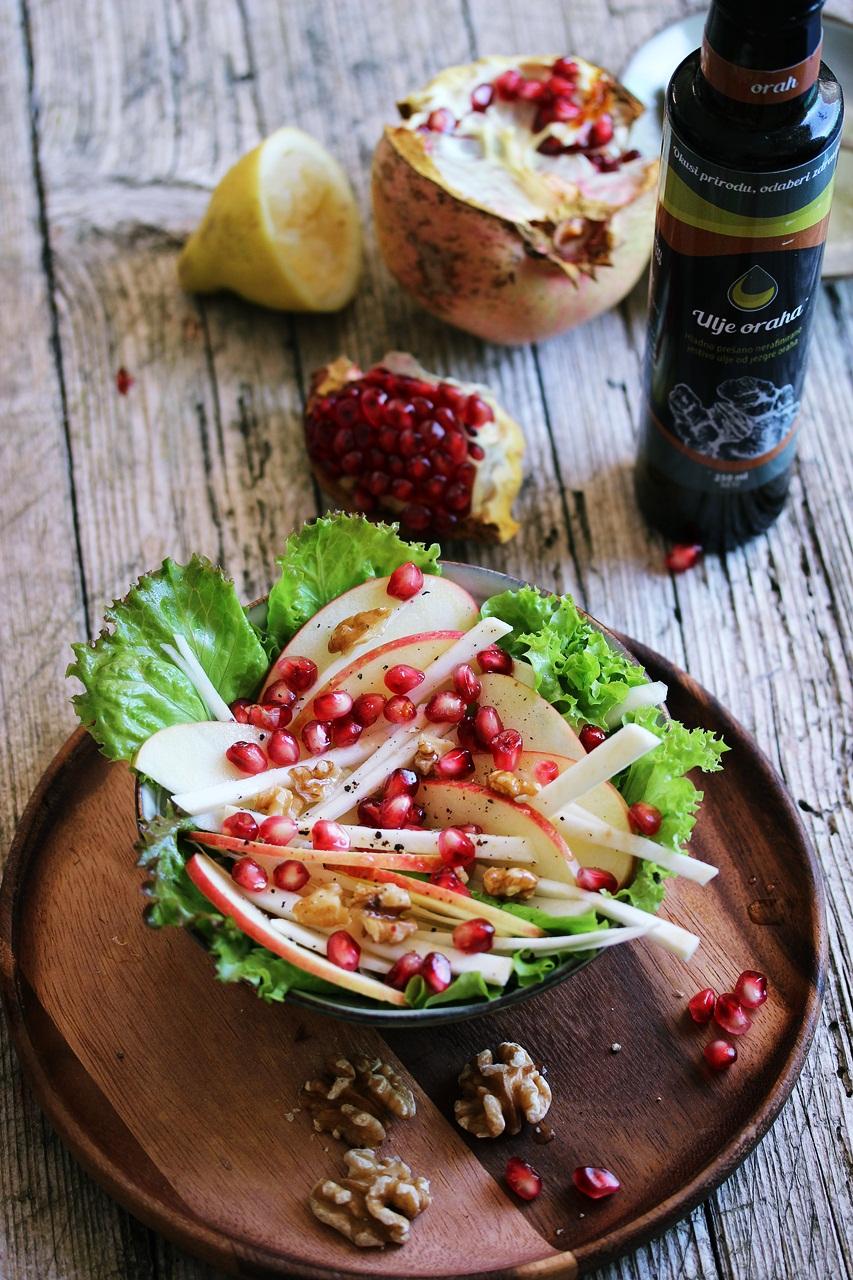 U ovu salatu dodaje se hladno prešano ulje oraha, upravo ono daje mu poseban okus.