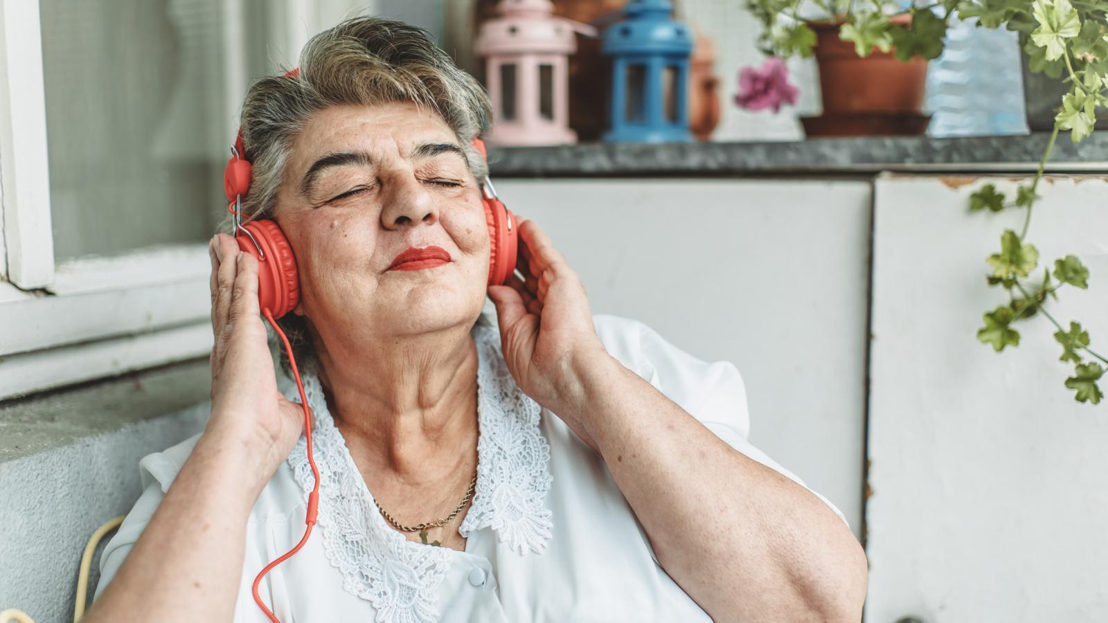 Ranija istraživanja pokazala su kako gubitak sluha povezan sa starenjem može biti faktor rizika za demenciju. Stoga, nije na odmet s vremena na vrijeme provjeriti sluh.