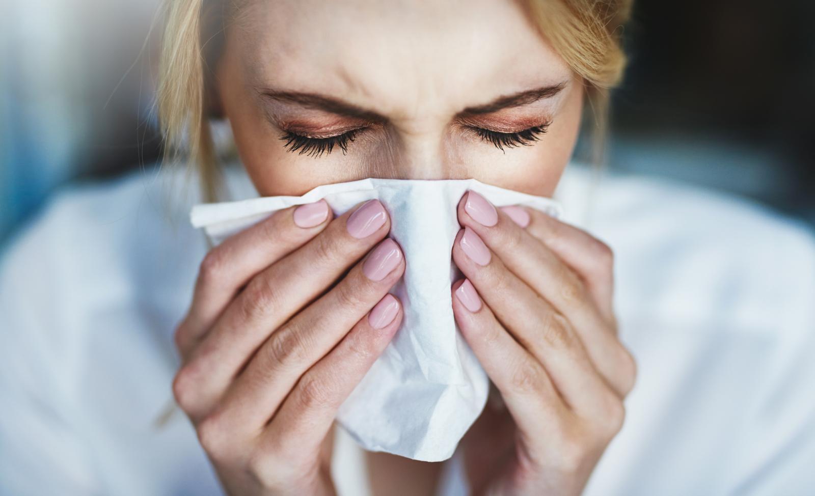 Uz kihanje, začepljenost nosa i bolnost grla, na virozu upućuju simptomi poput povišene temperature i kašlja.