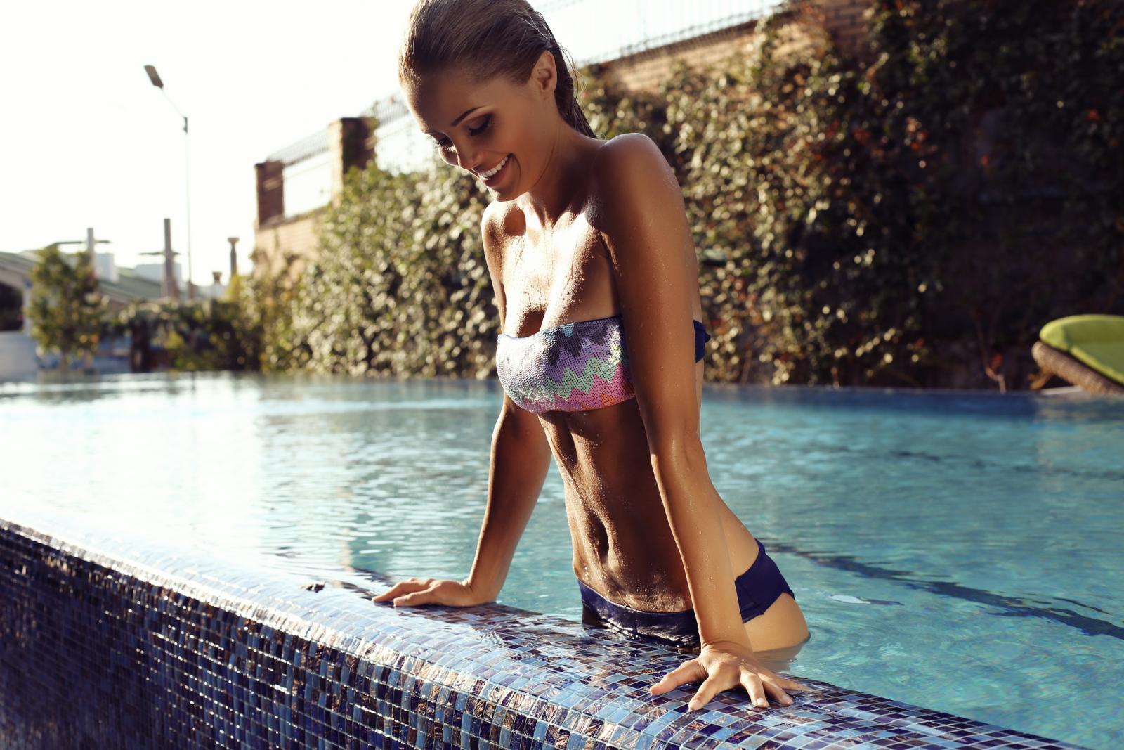 Lagano plivajući troši se oko 200 kalorija na sat, no uz malo jači intenzitet u četrdesetak minuta može se potrošiti 600 kalorija, čak i više.