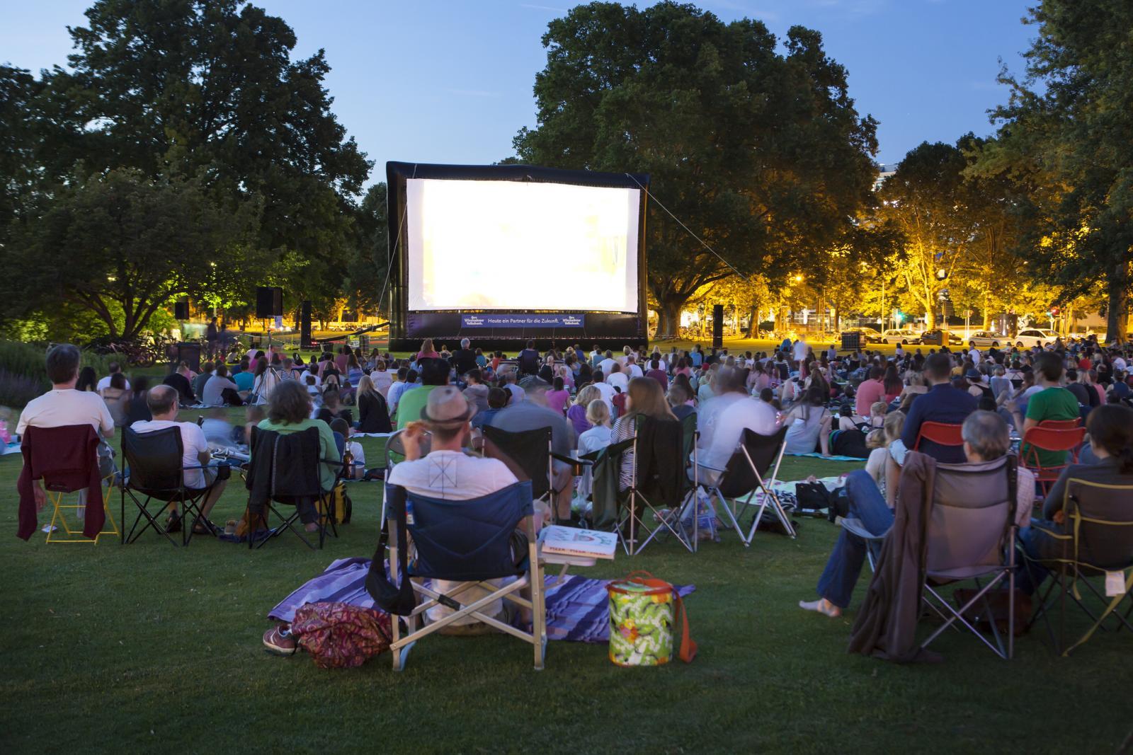 Dječji filmovi emitirat će se od 18:00 sati, a večernje projekcije počinju od 20:30 sati.
