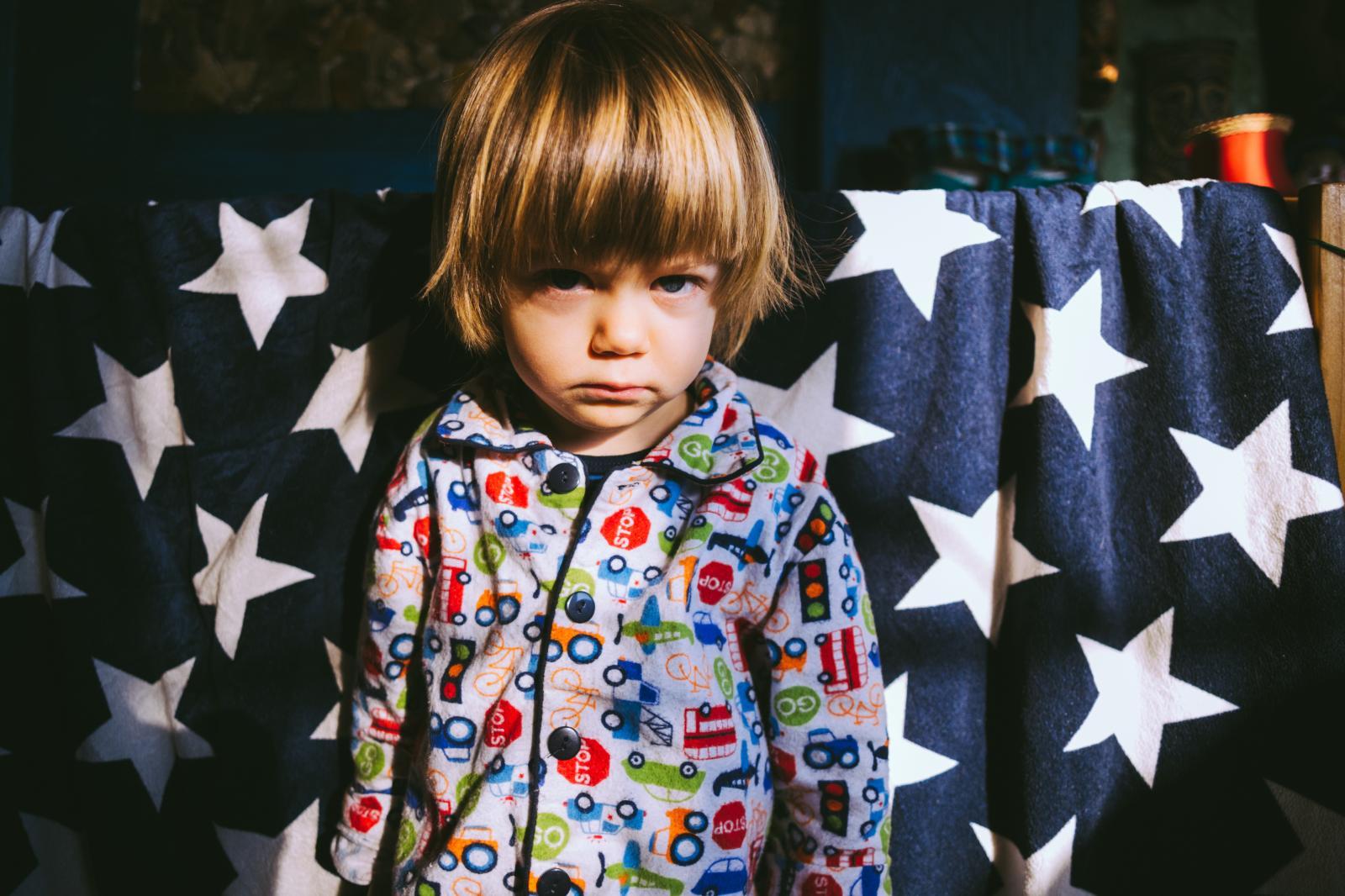 Ovaj je problem češći kod dječaka, a zbog osjećaja ljutnje i srama kod djece, roditelji ne bi trebali čekati da se riješi sam od sebe.