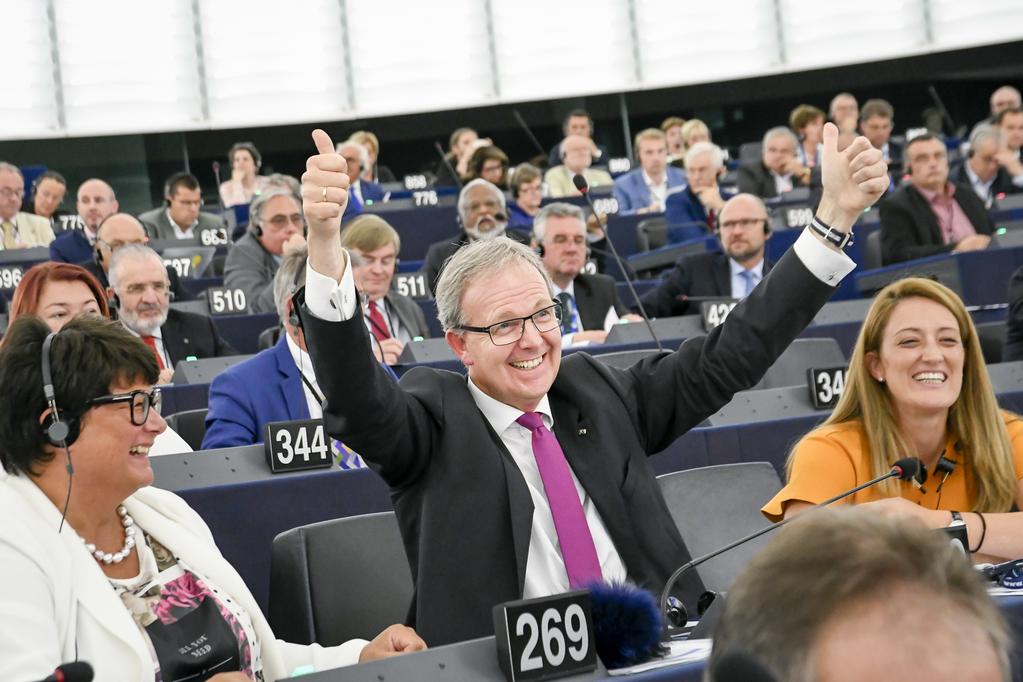 Glavni izvjestitelj Axel Voss (EPP) nakon glasovanja na plenarnoj sjednici Europskog parlamenta u Strasbourgu