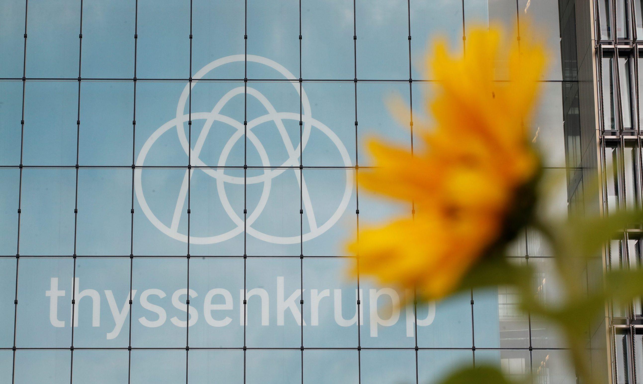 Logotip tvrtke ThyssenKrupp na zgradi sjedišta u Essenu, Njemačka