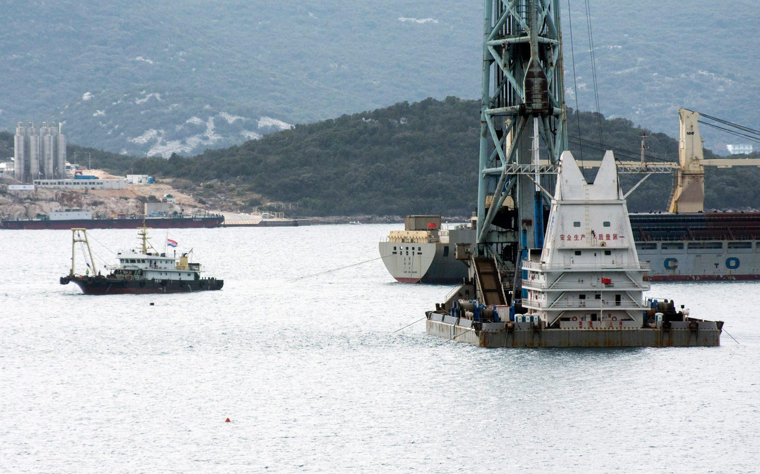 Novi brod s pilotima za Pelješki most na sidrištu ispred gradilišta mosta