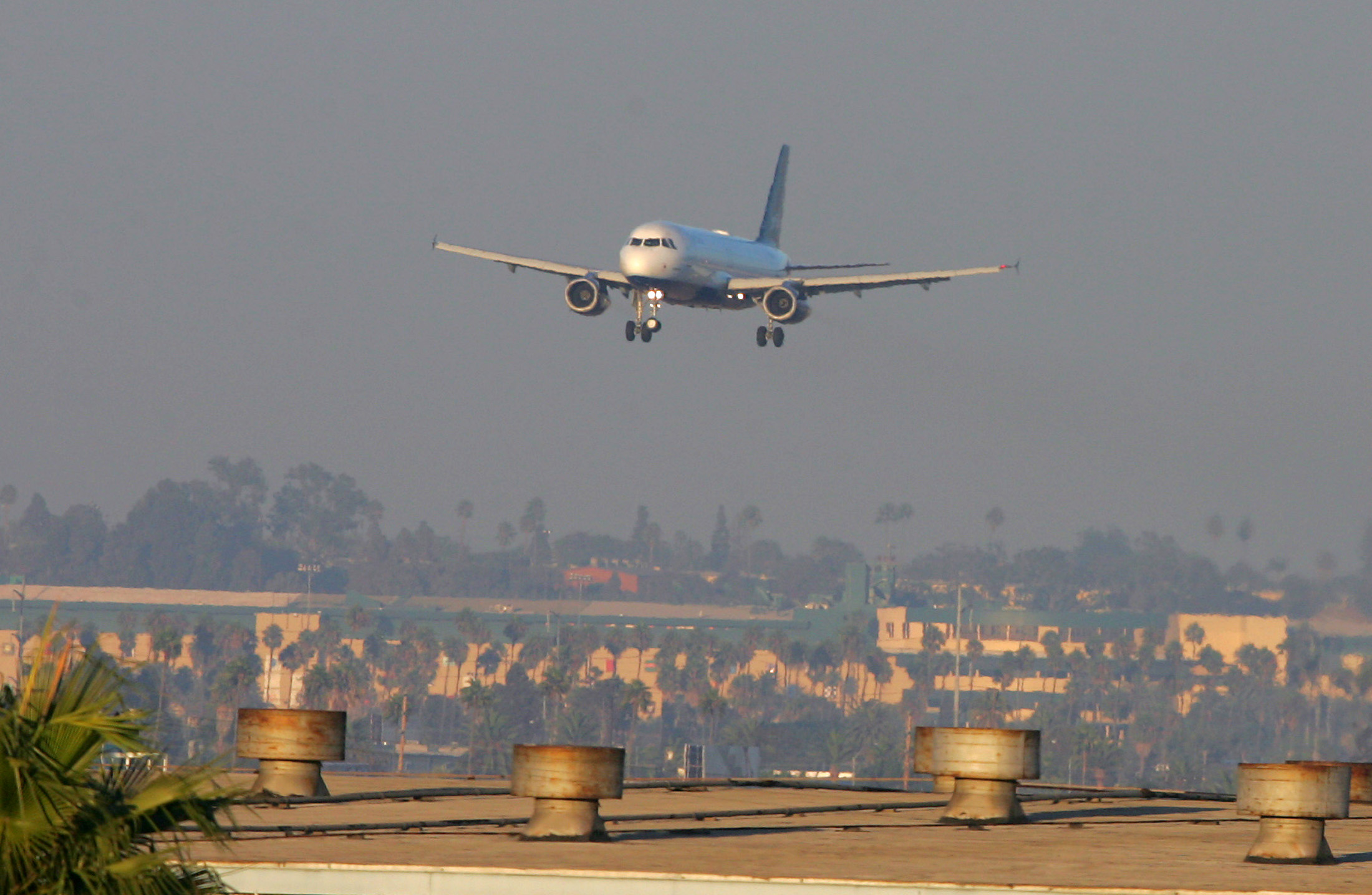 A JetBlue Airbus A320-232 aircraft with its front landing gear turned sideways approaches the runway to make an emergency landing at Los Angeles International Airport September 21, 2005. The airliner with a crippled nose gear and 146 people on board made a successful emergency landing on Wednesday after circling the California coast for about three hours to burn off fuel. REUTERS/Max Morse  HK/YH - RP6DRNAJBEAB