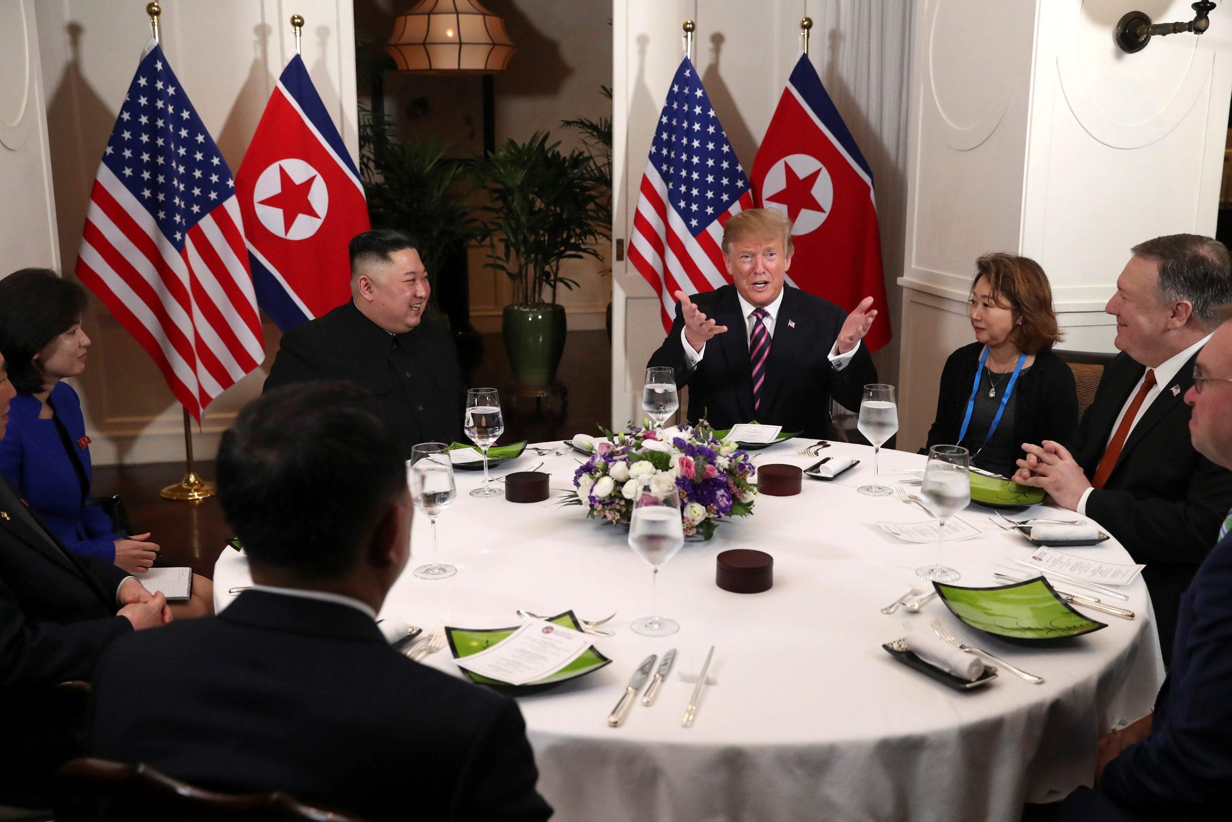 Donald Trump i Kim Jong Un na večeri tijekom summita u Vijetnamu