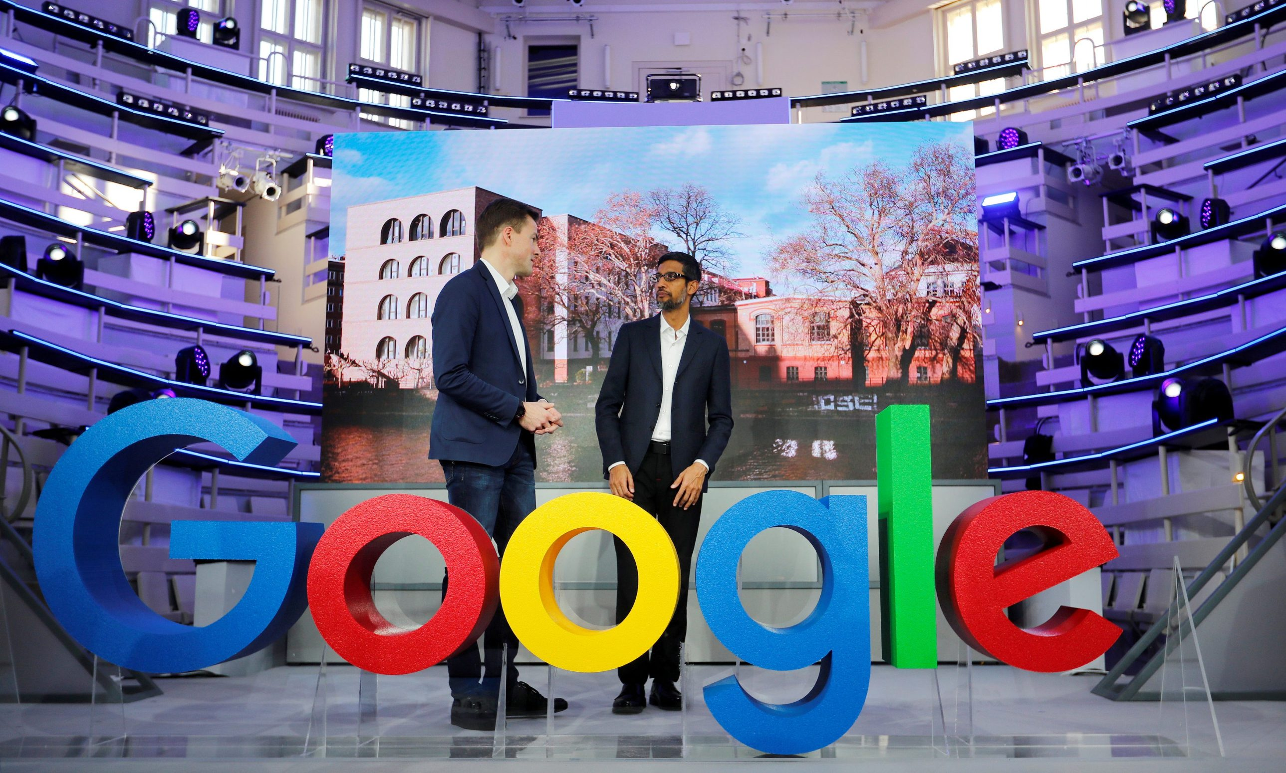Google CEO Sundar Pichai i Phillipp Justus, potpredsjednik Google-a za središnju europu pored Google logotipa