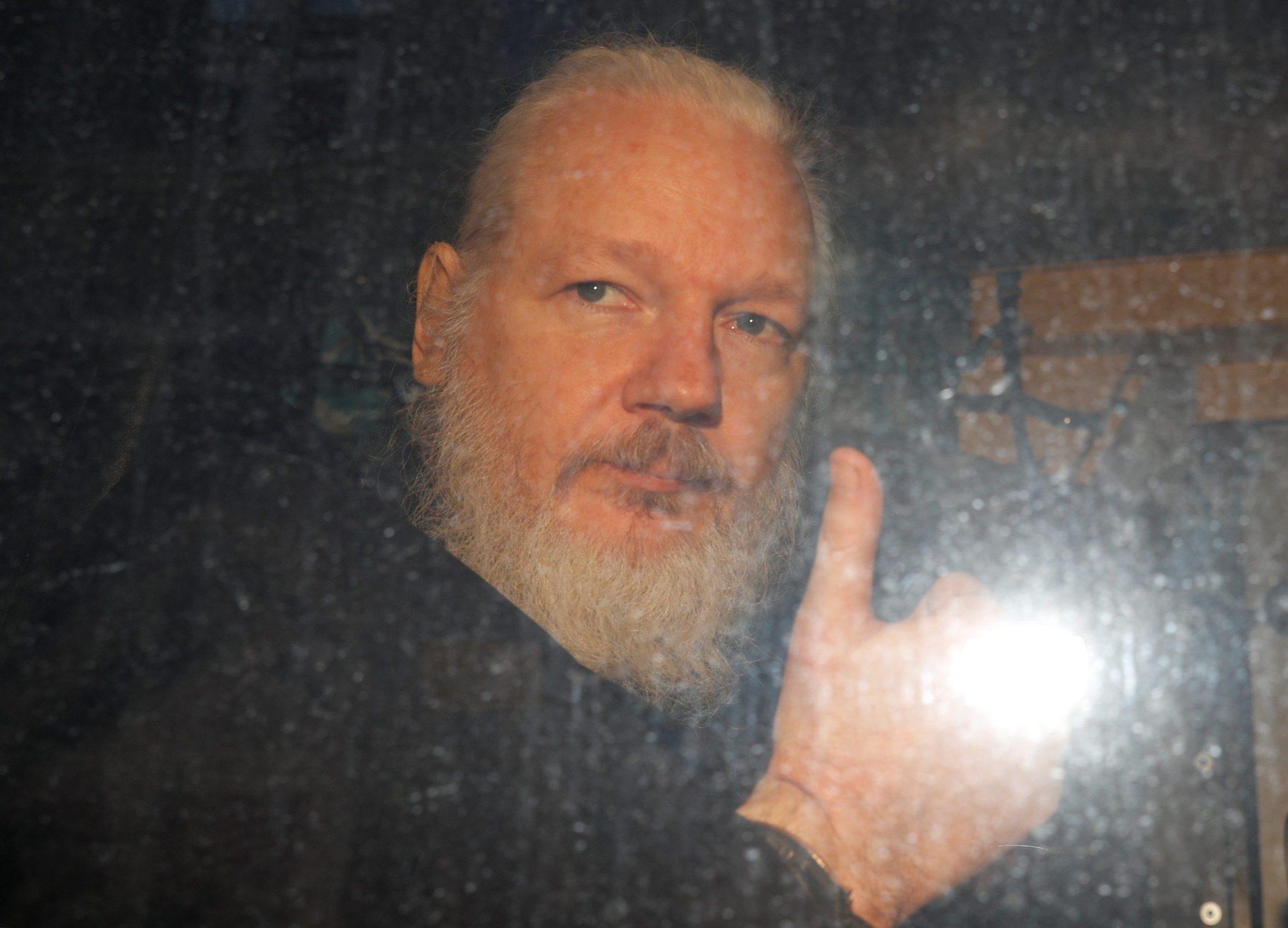 Julian Assange odlazi iz policije u travnju 2019.