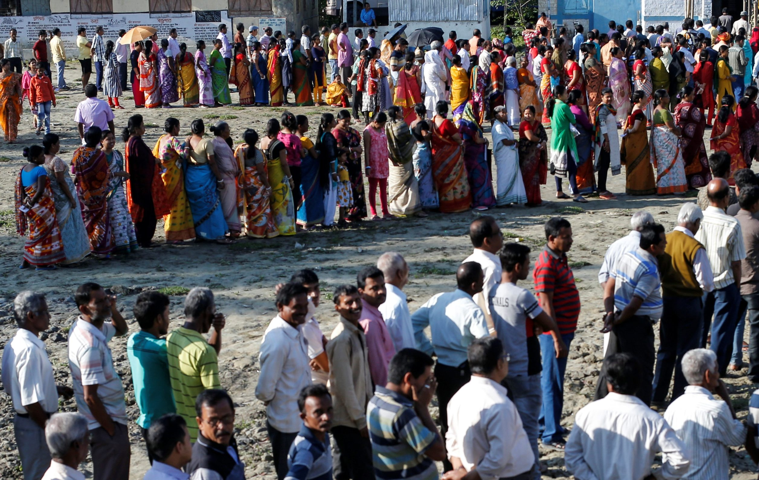 Voters line up to cast their votes outside a polling station during the first phase of general election in Alipurduar district in the eastern state of West Bengal, India, April 11, 2019. REUTERS/Rupak De Chowdhuri     TPX IMAGES OF THE DAY