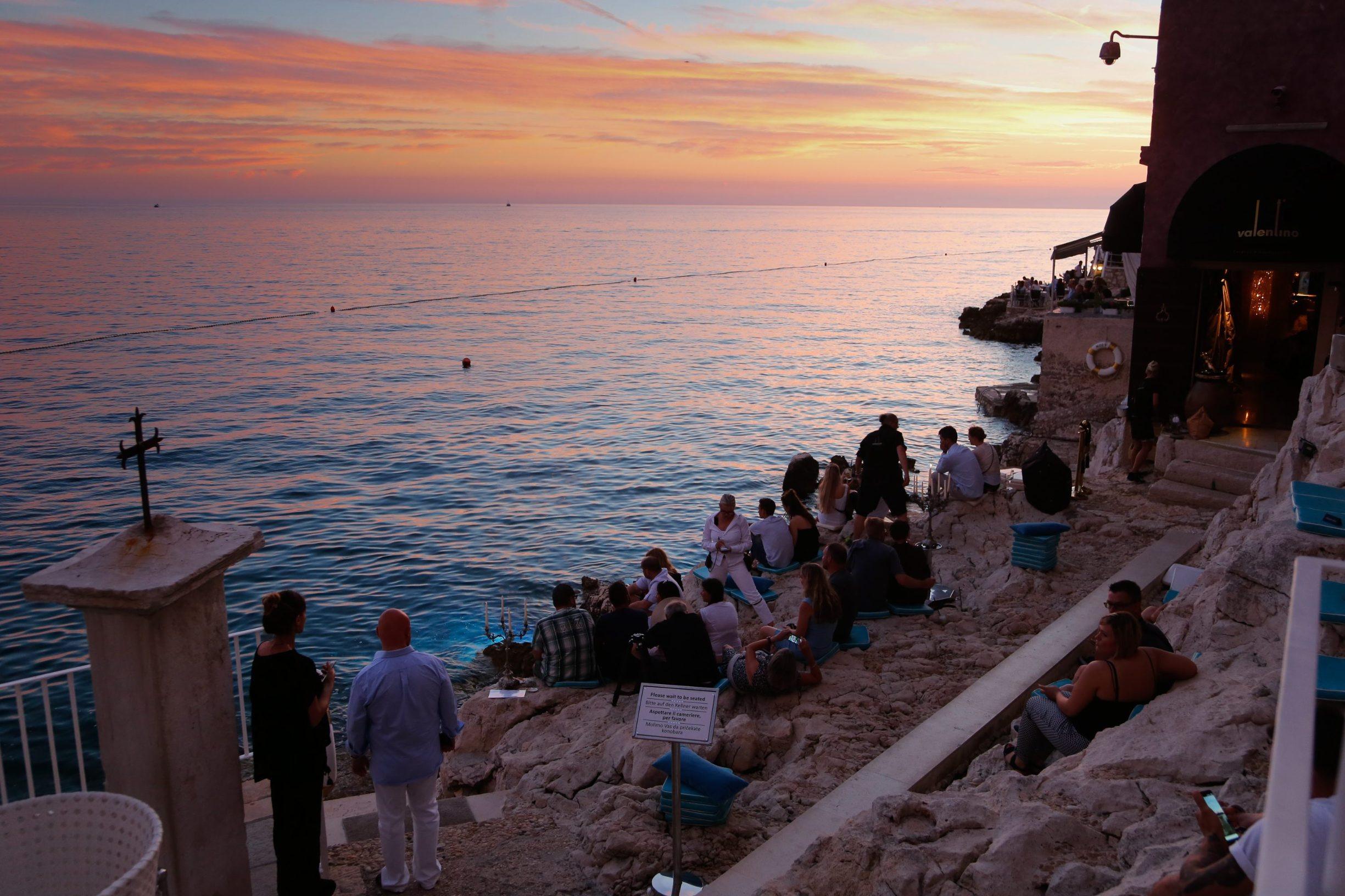 Turisti odmaraju uz more u Rovinju