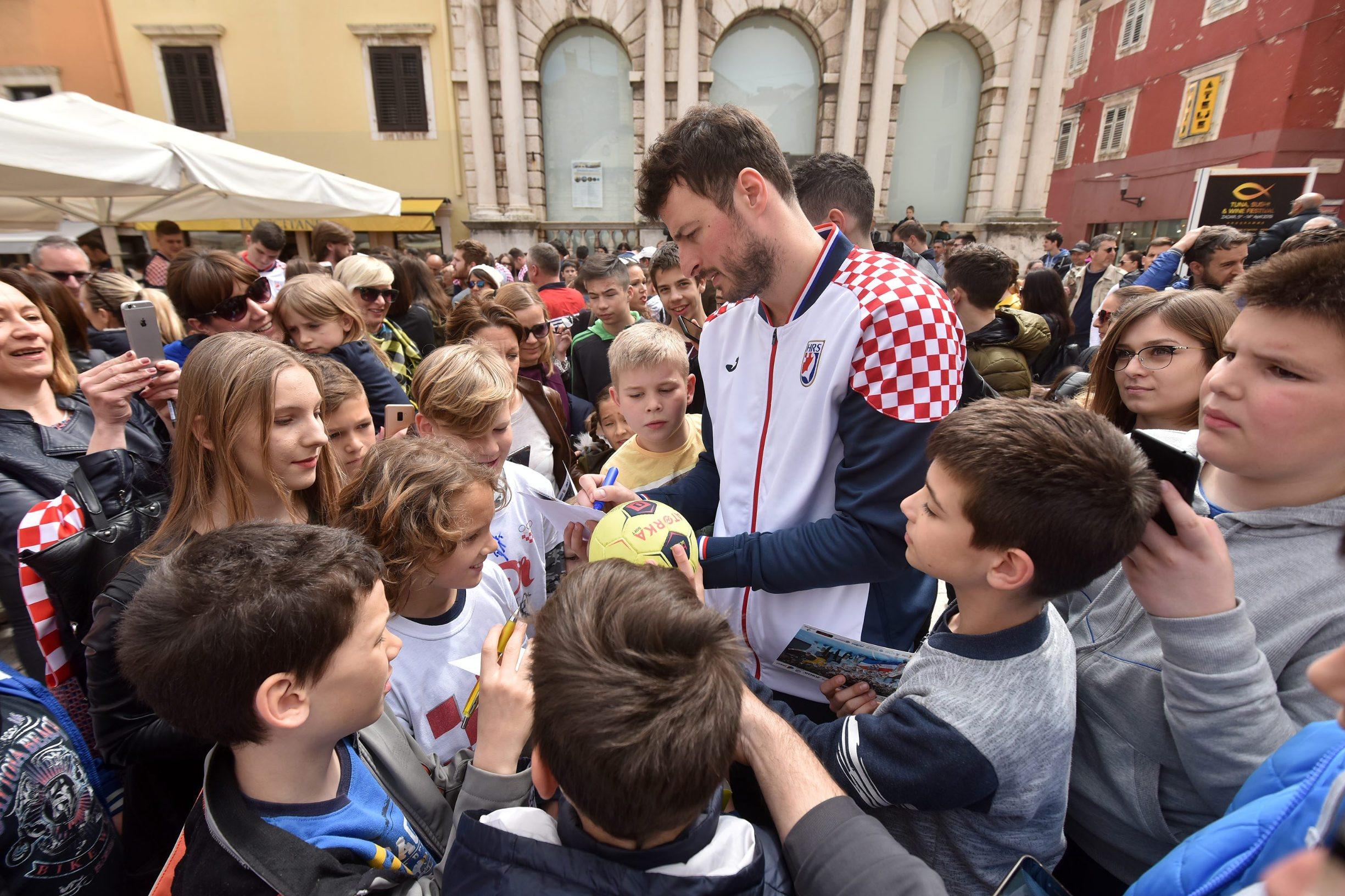 Djeca su okružila Domagoja Duvnjaka